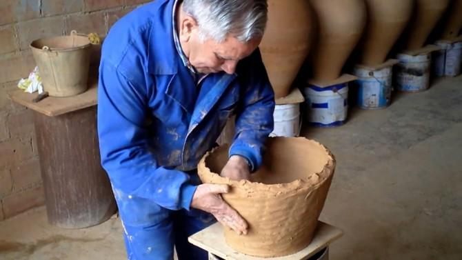 Tomás haciendo un empiezo de tinaja