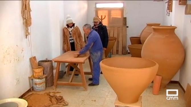 Tomás Gómez trabajando en una tinaja junto a Esperanza Santos y Julián Cabrera