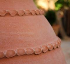 Detalle de bordones en una tinaja redonda