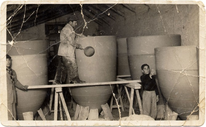 Tomás Gómez a la derecha y su padre, José Gómez, paleteando arriba